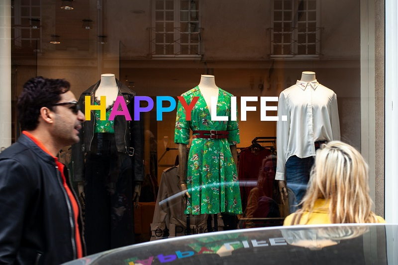 LED Lighting Strip Tips for Store Windows with Words That Say Happy Life